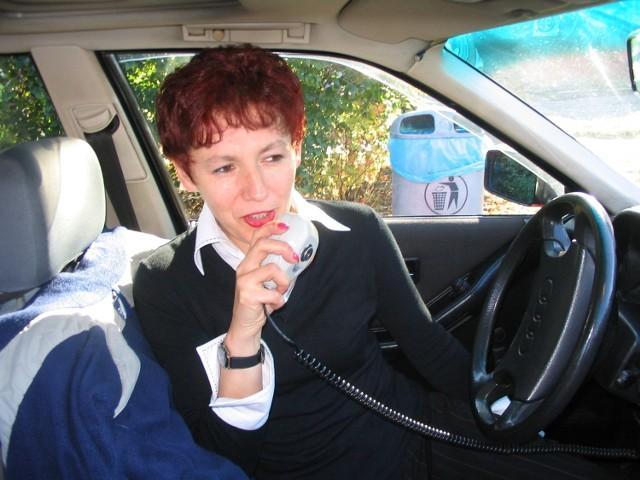 """""""Papuga"""" to radio, przez które pani Danuta porozumiewa się z innymi taksówkarzami ze swojej korporacji."""