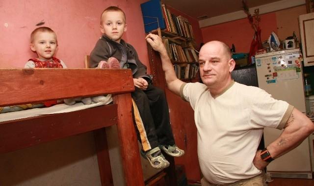 - Pokój jest tak mały, że dzieci muszą spać na piętrowych łóżkach - narzeka Edward Tarnowski.