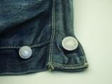 Ściąga spodnie i przy wszystkich pokazuje klejnoty