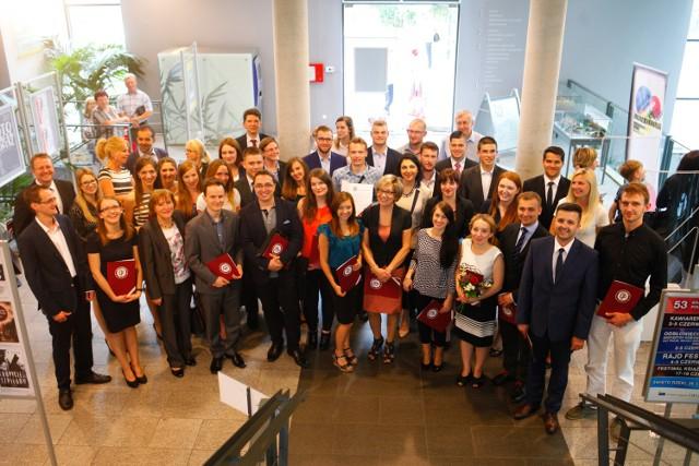Prezydent miasta wręczył stypendia doktorantom i studentom opolskich uczelni.