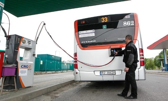 Autobusy na gaz zużywają więcej paliwa, ale przy obecnych cenach gazu i oleju napędowego jeżdżą taniej.