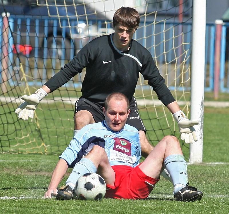 Z piłką Artur Rosiński Z Pogoni.