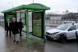Poznań: Wypadek na moście Dworcowym. Taksówka uderzyła w przystanek [ZDJĘCIA]