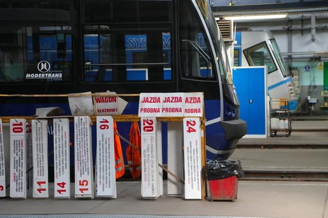 Od soboty wielkie zmiany we wrocławskiej komunikacji miejskiej. Innymi trasami pojadą niemal wszystkie wrocławskie linie tramwajowe i dwadzieścia z 75 linii autobusowych. Wszystko z powodu kilku ważnych remontów. Wymieniane będą rozjazdy tramwajów w obu torach na skrzyżowaniu ulicy Piłsudskiego i Świdnickiej (od strony placu Legionów), torowisko na Rondzie Reagana od strony Piastowskiej, rozjazdy na pl. Dominikańskim od strony Hali Targowej oraz torowisko na Żmigrodzkiej. Ta ostatnia inwestycja połączona będzie z remontem pętli tramwajowej przy ulicy Zawalnej. Szczegółowo informacje o nowych trasach tramwajów i autobusów  na kolejnych slajdach. PRZEJDŹ DALEJ I PORUSZAJ SIĘ PRZY POMOCY STRZAŁEK LUB GESTÓW NA TELEFONIE KOMÓRKOWYM