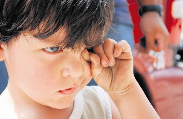 """Według autorów klapsy powinny sprawić, że """"gniewny płacz zmieni się w łagodny, zawierający ton poddania się dziecka"""""""
