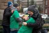 Dzień Kobiet w Poznaniu: Podopieczni Stowarzyszenia Na Tak wręczali poznaniankom kwiaty [ZDJĘCIA]