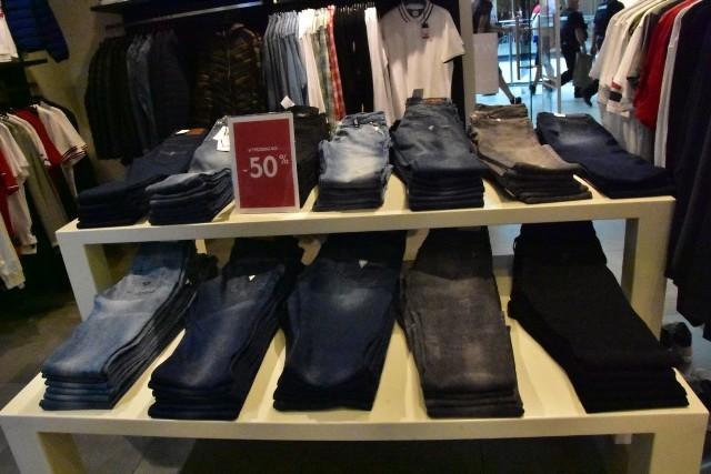 Producenci nie tylko rozpieszczają płeć piękną, wiele sklepów ma promocje na artykuły męskie, wyróżniliśmy najciekawsze! Oto one: Na zdjęciu:  Podobnie jak Panie, Panowie w GUESS mogą znaleźć dla siebie spodnie i różnego rodzaju koszulki.Więcej zdjęć na kolejnych slajdachZOBACZ TAKŻE: Najczęściej kupujemy w Biedronce, ale to Lidl jest naszym ulubionym sklepemŹródło: Agencja Informacyjna Polska Press
