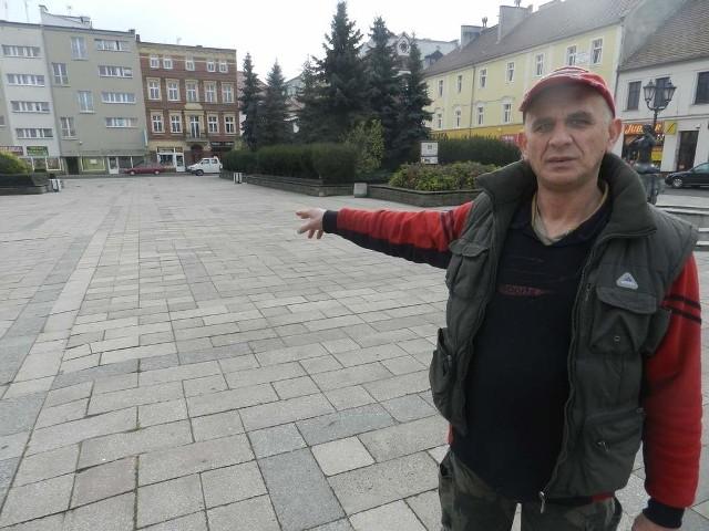 W Kędzierzynie-Koźlu umiera mały handelKozielski rynek świeci pustkami. Na zdjęciu Zdzisław Kierszko.