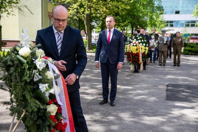 Złożenie kwiatów przy pomniku polskich sił zbrojnych na zachodzie w rocznicę zdobycia klasztoru na Monte Cassino.