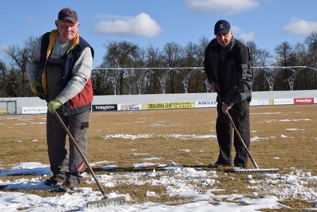 Stanisław Ludwiniak i Jacek Mizerski pracują nad przygotowaniem płyty boiska