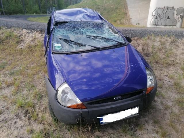 Kierowca driftował i po skończonej zabawie porzucił swój pojazd.