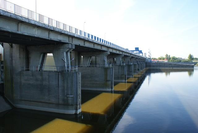 Nie wiadomo co dalej z ideą budowy stopnia wodnego Siarzewo na Wiśle. Spiętrzona wodna miała m.in. podeprzeć od dołu zaporę włocławską (na zdjęciu), aby zwiększyć jej stabilność. Teraz sprawą ponownie zajmie się Regionalna Dyrekcja Ochrony Środowiska w Bydgoszczy