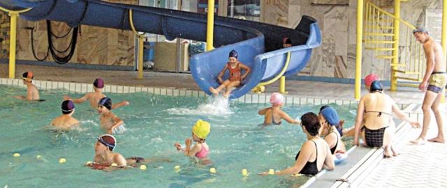 Problem z szatnią dotyczy tylko dzieci w wieku 7 lat i powyżej, bowiem młodsze mogą – zgodnie przepisami – przebywać na basenie wyłącznie pod opieką dorosłych – opiekun jest więc równocześnie klientem pływalni.