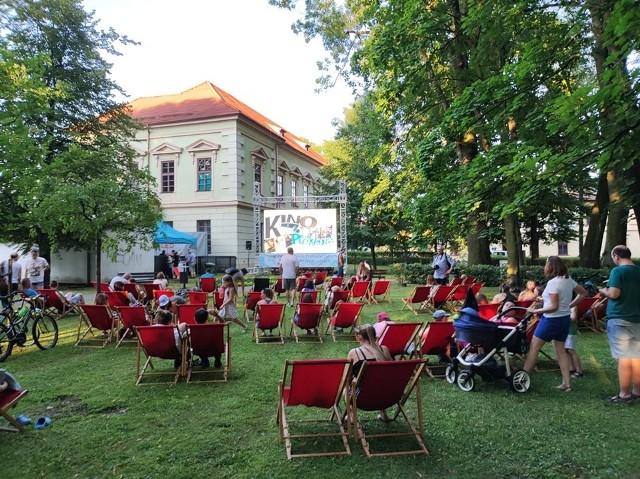 Kino plenerowe w Krzeszowicach w parku im. Adama Bogackiego