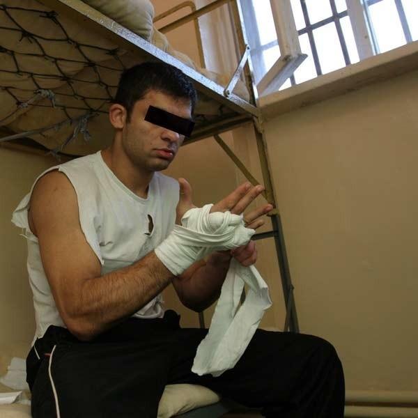 Dawid K., na zdj w celi więzienia na Załężu, gdzie kręcono film o bokserze, wczoraj trafił za kratki. Z konkretnymi zarzutami.