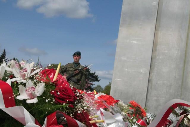 Wojsko jak zawsze przy tego rodzaju okazjach nie zawiodło. Była orkiestra, był oddział reprezentacyjny 12 DZ, byli dowódcy. Oni pamiętają 2 maja 1945 r.