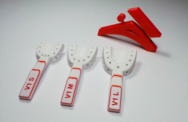 Studenci przekazali już zespołowi medycznemu testowy zestaw łyżek ortodontycznych