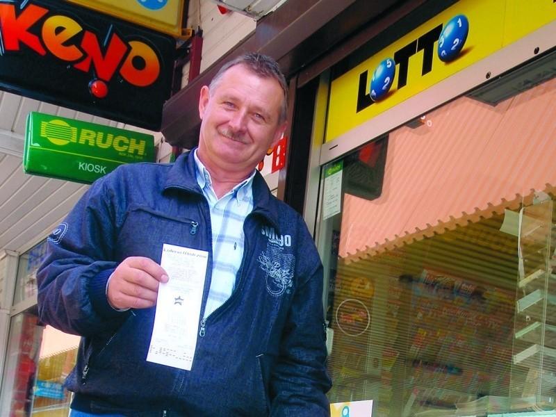 Sławomir Chodnicki, kierowca PKS obstawił sześć zakładów. Mimo swego zawodu, nie ma dość jeżdżenia. – Gdybym wygrał, wyruszyłbym w podróż dookoła świata – zdradza swe marzenia.