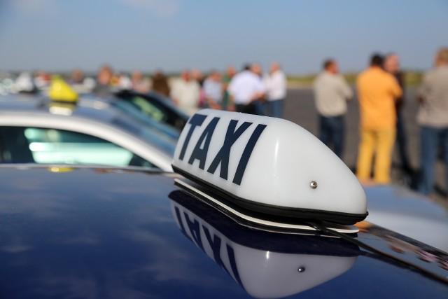 Kobieta chciała oddać fałszywemu synowi ponad 70 tys. zł. Oszustwo udaremniła białostocka taksówkarka