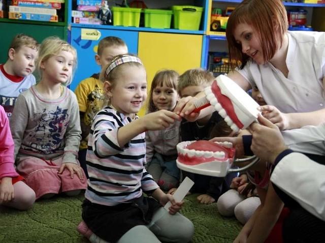 Dzieci ze SP nr 19 doskonale wiedzą jak prawidłowo dbać o higienę. Na zdjęciu Magda ze szkolnej zerówki pokazuje, jak szczotkować zęby.