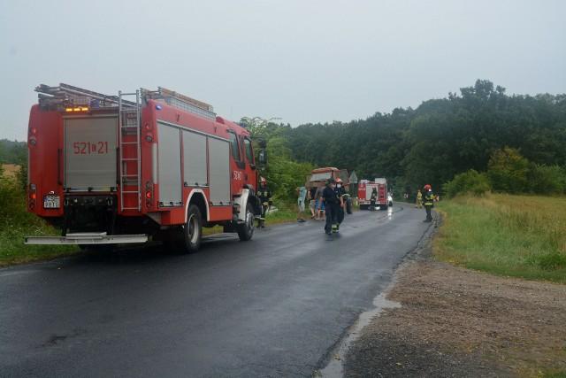 Na trasie Trzciany - Sikorz koło Sępólna nissan wypadł z drogi i wjechał do przydrożnego rowu