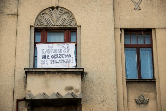 Mieszkańcy ulicy Podgórnej 5 boją się, że ciepła w kaloryferach w tym roku już nie poczują.