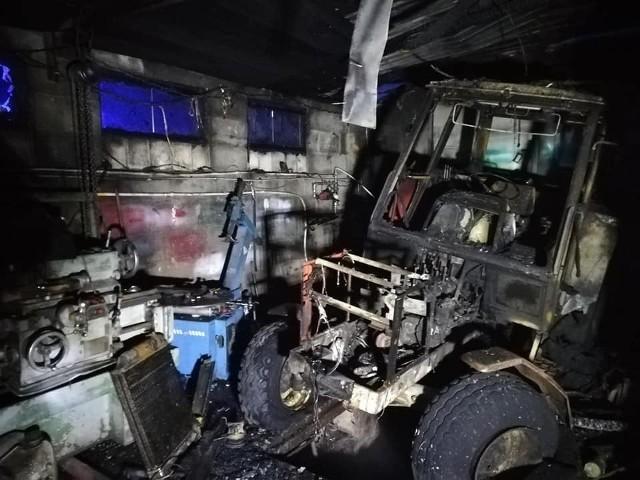 Olszanka. Pożar warsztatu i stodoły. Ogień pochłonął sprzęt i maszyny rolnicze