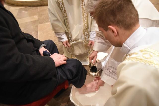 Wielki Czwartek: Obrzęd obmycia stóp w katedrze Chrystusa Króla w Katowicach
