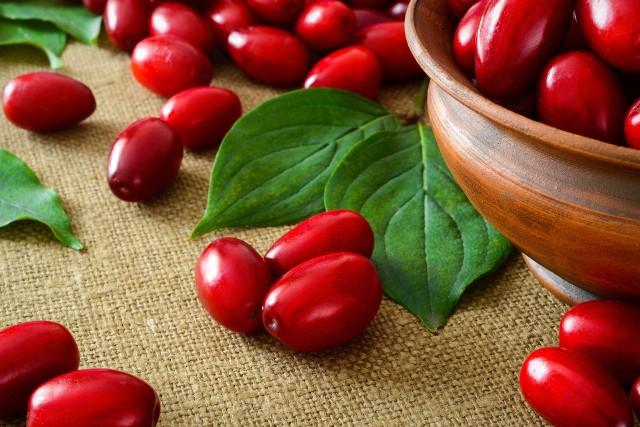 Dereń jadalny jest stosowany w medycynie naturalnej w leczeniu przeziębienia i grypy. Działa przeciwgorączkowo i wspomaga układ odpornościowy.