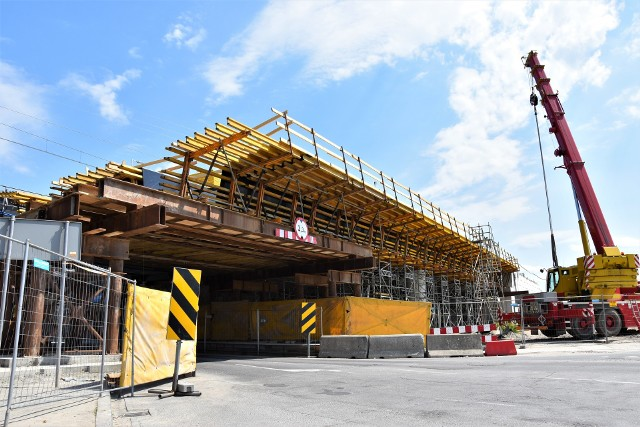 Centrum przesiadkowe Opole Wschodnie. Postępuje realizacja wiaduktu nad ul. Oleską, wkrótce rozpocznie się wykonanie prefabrykowanej konstrukcji drugiego tunelu w nasypie kolejowym.
