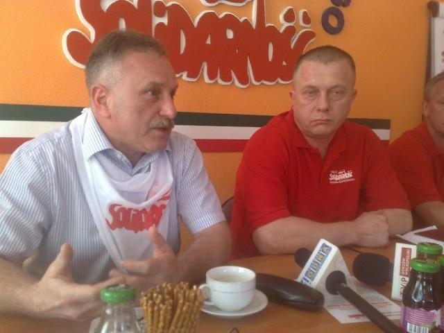 """O środowej manifestacji """"Solidarności"""" w Gorzowie na konferencji prasowej opowiadali Bogusław Motowidełko - członek zarządu regionu zielonogórskiego (z lewej) i szef regionu gorzowskiego Jarosław Porwich"""