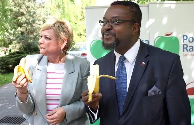 Na koniec konferencji kandydaci Polski Razem zjedli banany. To symboliczny akt poparcia dla czarnoskórego sportowca obrzuconego bananami na stadionie.