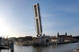 Most zwodzony do portu jachtowego po pierwszych testach. Podniesiono 70-tonowe przęsło [wideo, zdjęcia]