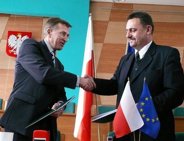 Zbigniew Kozłowski (z lewej) i Robert Stachowicz podpisali w Staszowie umowę na budowę kompleksu gospodarki odpadami komunalnymi, które będzie zlokalizowane w Rzędowie.