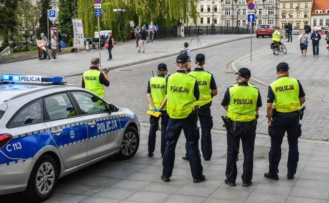 Ile wynosi uposażenie policjanta w 2020 roku? Sprawdzamy, na jakie zarobki mogą liczyć początkujący w policji, ale także osoby z wyższym stopniem. Zobaczcie, ile zarabia teraz policjant w naszym kraju. 1 stycznia 2020 roku wynagrodzenia policjantów – niezależnie od grupy zaszeregowania, która kształtuje rząd zarobków – wzrosły o 500 złotych brutto w stosunku do roku poprzedniego.Szczegóły na kolejnych zdjęciach >>>>>Pamiętajmy, że wynagrodzenie podstawowe to nie pełne zarobki w policji. Wynagrodzenie policjanta to suma kilku składowych: wynagrodzenia zasadniczego, które zależy od grupy zaszeregowania, dodatku stażowego, a także dodatków służbowego/funkcyjnego i za stopień. Policjant otrzymuje ponadto mundurówkę, nagrodę roczną – tzw. trzynastkę oraz świadczenia socjalne.