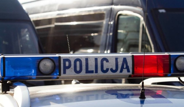 Policjant postrzelił kierowcę. Do tragedii doszło na polnej drodze kilkaset metrów od ul. Metalowej, a około 200 metrów od domu zabitego. Na miejscu jest policja, prokurator, wydział ds. wewnętrznych policji oraz specjaliści, którzy prowadzą oględziny miejsca zdarzenia.
