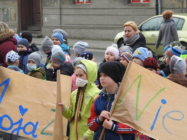"""22 kwietnia obchodzimy Dzień Ziemi. To coroczna akcja, której celem jest promowanie ekologicznych zachowań w społeczeństwie. Jak co roku, włączyli się do niej uczniowie Szkoły Podstawowej nr 2 w Międzyrzeczu. Młodzi międzyrzeczanie odwiedzili ratusz, przynosząc ze sobą """"List do Ziemi"""". Pokazali jak ważna dla nich jest ekologia i jak martwi ich stan środowiska. Na znak sprzeciwu wobec zanieczyszczenia powietrza, włożyli ciemne ubrania i maski."""