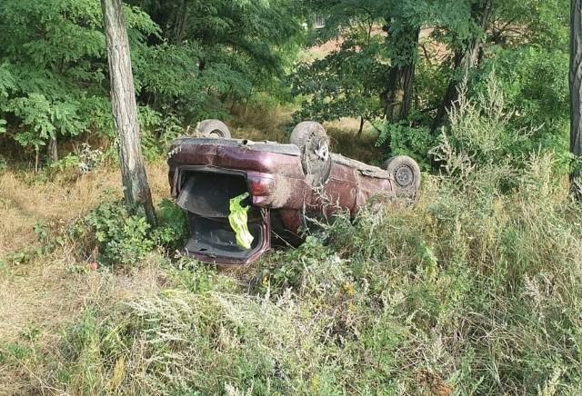 Do zdarzenia doszło w poniedziałek, 19 sierpnia, na trasie w Gorzupi koło Nowogrodu Bobrzańskiego. Dachowały dwa samochody, jeden po drugim.Najpierw z drogi wypadł kierując audi. Samochód dachował na poboczu. Po chwili z drogi wypadł również kierujący renault, który jechał za audi. Renault również dachowało na poboczu. – To są dwa osobne zdarzenia. Jeden kierowca wpadł w poślizg, a drugi zagapił się patrząc jak auto wypada z drogi i też wypadł z trasy – mówi sierż. Arkadiusz Szlachetko z żagańskiej policji.Na szczęście mimo groźnie wyglądającego zdarzenia nikomu nic się nie stało. Zdarzenie zostało zakwalifikowane przez żagańskich policjantów jako dwie kolizje.Zobacz też: W Cigacicach mieszkańcy zablokowali stary most