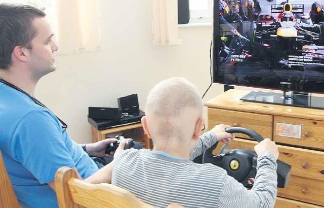 - Wspólna zabawa przy konsoli dla wielu z naszych pacjentów jest jedyną rozrywką podczas leczenia - mówi doktor Paweł Cieślak z Oddziału Onkologii Dziecięcej.