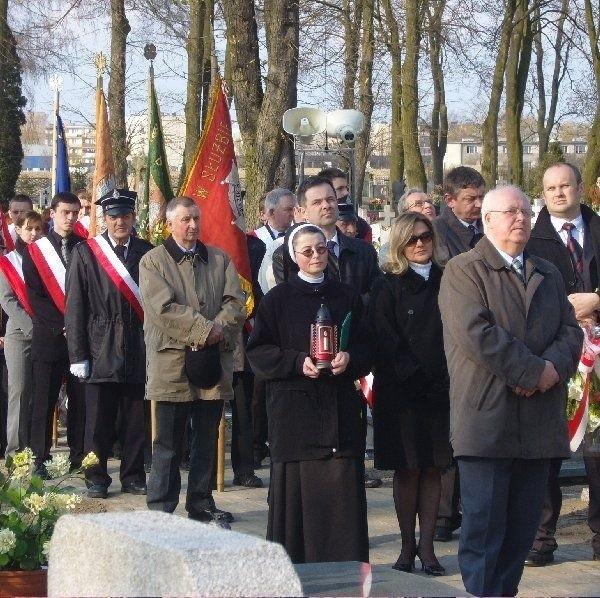 Alejami cmentarnymi w Strzelnie przeszła Droga  Krzyżowa upamiętniająca ofiary Katynia