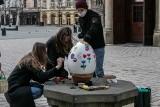 Malowanie wielkich jaj na krakowskim Rynku. Rozdawali również wydmuszki z cytatami z Biblii [ZDJĘCIA]