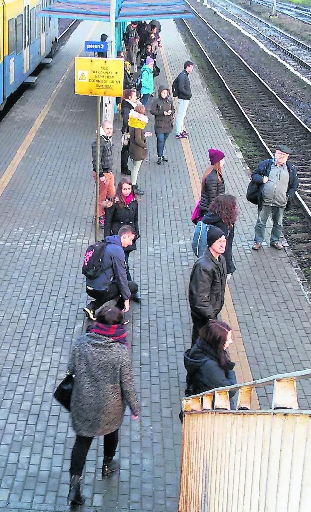 Pasażerowie, którzy wsiadają do pociągu z Bielska do Katowic w Pszczynie, w godzinach szczytu zazwyczaj stoją, i to w ścisku