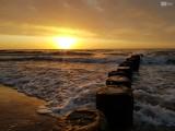 Zachwycający zachód słońca nad morzem. Zobacz zdjęcia!