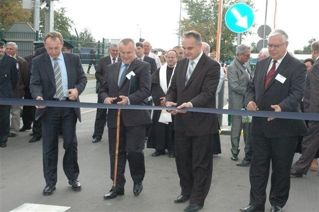 Waldemar Pawlak przecinał wstęgę (drugi z prawej. Fot. kla