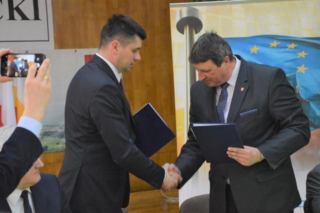 Wicemarszałek Łukasz Smółka (z lewej) i burmistrz Grzegorz Cichy