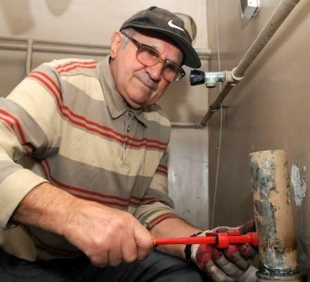 Kiedy sąsiadkom zapchał się odpływ w pralni, pan Kazimierz dwa dni naprawiał. - Diabelstwo zapieczone było, nie mogłem rozkręcić. Aż naftą musiałem gwint opalać, młotkiem walić, specjalnego klucza szukać - opowiada.
