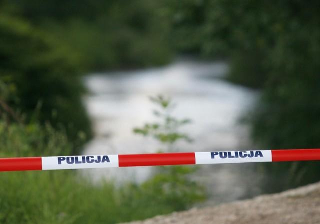 Policjanci ustalili, że tego popołudnia 39-latek wraz z dwoma znajomymi spożywał alkohol. W pewnej chwili mężczyzna stwierdził, że idzie się wykąpać do rzeki, a jego kompani odeszli z miejsca spotkania.Po pewnym czasie dzieci bawiące się nad rzeką powiadomiły ich, że w pobliżu mostu na wodzie unosi się ciało mężczyzny. Gdy znajomi przybiegli na brzeg, próbowali wyciągnąć topielca z wody. W tym samym czasie na miejsce zdarzenia dotarli wezwani policjanci, którzy podjęli reanimację 39-latka do czasu przyjazdu karetki. Czynności te kontynuowała załoga pogotowia ratunkowego.