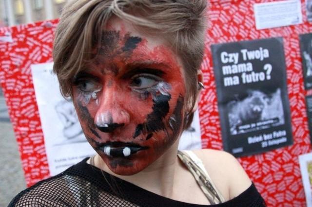 Młodzi wegetarianie, mieli pomalowane twarze i na plac przynieśli ze sobą baner, na którym napisali hasła sprzeciwu.