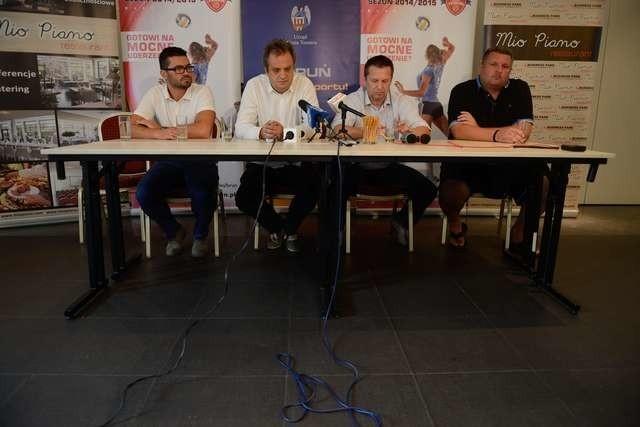 - Mam nadzieję, że pierwsze mecze w Orlen Lidze będą oglądane przy pełnych trybunach - mówi Przemysław Łapiński (drugi z prawej)