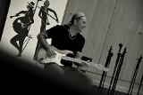 Pierwsza solowa płyta Sebastiana Riedla: Potrzebował muzycznej terapii, opisał lęki nas wszystkich. Recenzja